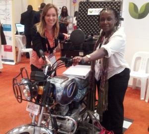 Dr. Eva Maria Bäcker und Justine Magambo am Messestand von StudyTech